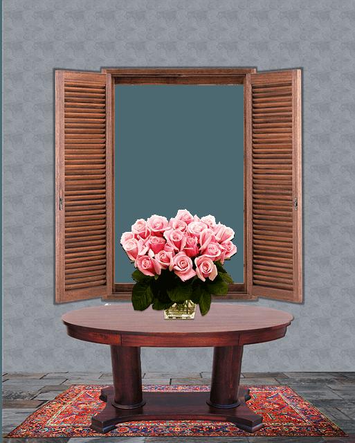 Runder Tisch mit einer Vase voller Rosen